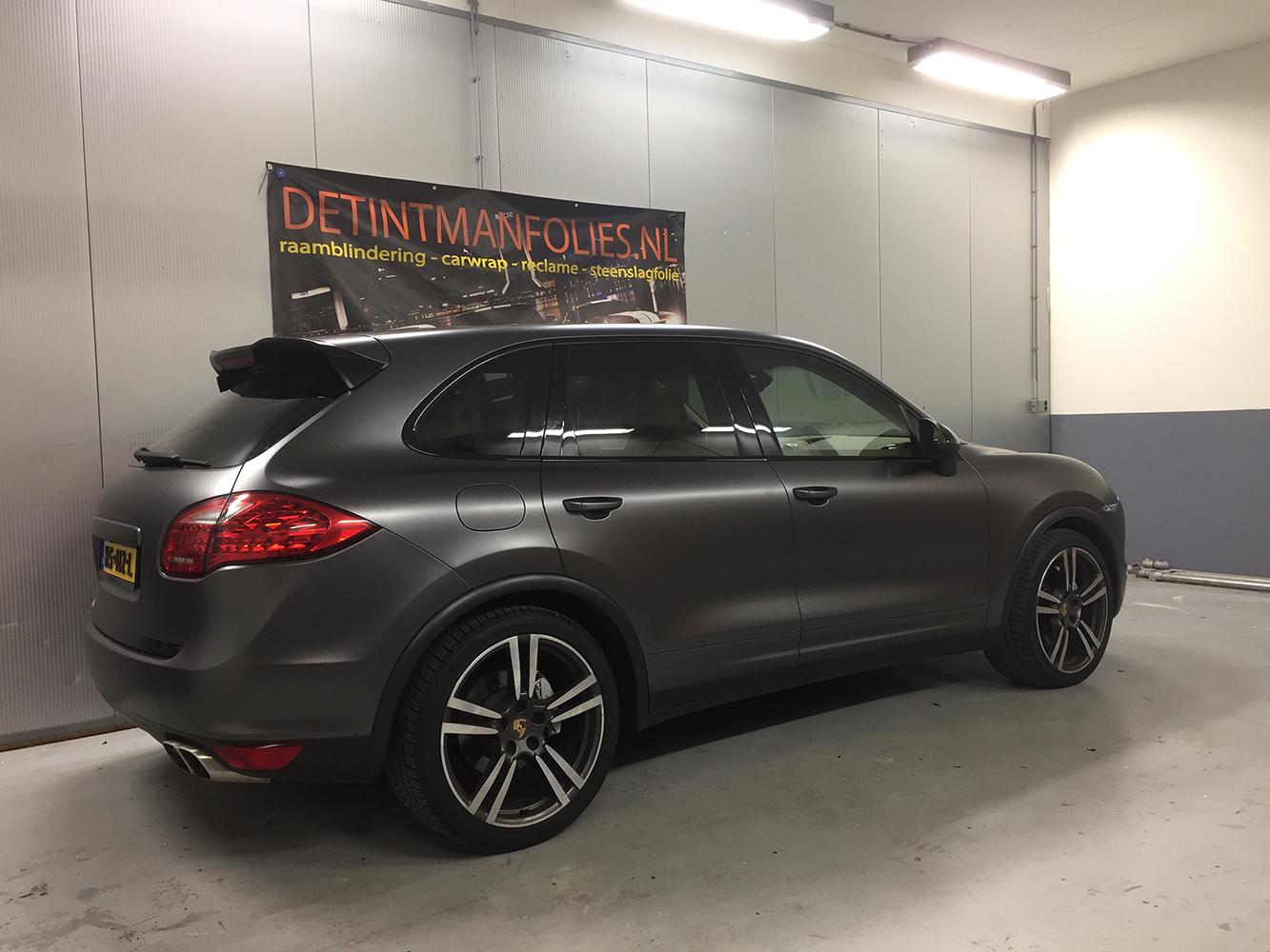 Porsche Cayenne carwrap naar kleur Satin Dark Grey na 2